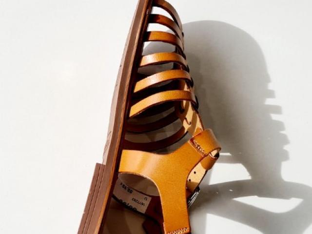 sandale Wikers tout cuir , semelle absorbant les chocs à la marche.